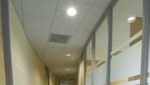 suspended-ceiling-around-curved-glazed-partition